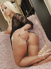 Beautiful blonde babe Blondie Fesser flaunting large natural juggs