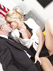 Busty blond pornstar Riley Steele dripping cum from her mouth