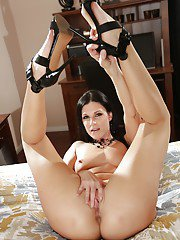 Pretty MILF pornstar India Summer posing for nude pictures in high heels