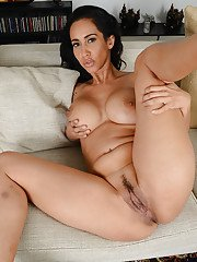 Leggy brunette mommy Isis Love showing off her incredibly phat ass