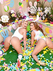 First time lesbian moms Phoenix Marie and Richelle Ryan flaunt big butts