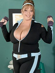 Older fatty Savannah Phair sheds sports workout clothes to bare huge tits