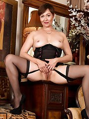 Short haired aged lady Kitty Creamer showing off butt in nylons and garters