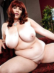Mature BBW Roxee Robinson revealing huge juggs before masturbating