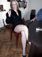 Mature amateur slips off fishnet pantyhose before toying shaved pussy