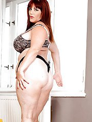 Redheaded BBW Roxee Robinson freeing large saggy tits before showering