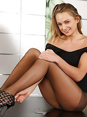 Blonde babe Ivana Sugar freeing barefeet from pantyhose and high heels