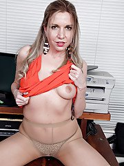 Aged office worker Jessica Taylor loosing shaved snatch from tan pantyhose