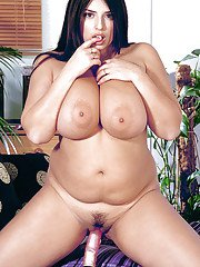 Kerry Marie amazes wth her fatty solo nude play combined with masturbation