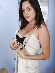 Teen amateur Leanna Lass undressing to make nude modeling debut