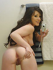 Glamorous young babe Jennifer White makes some self shots in a bathroom