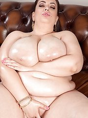 Fat amateur Mia Sweetheart reveals the hugr tits and big ass in solo