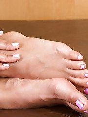 Experienced Latina woman Vivi Marie showing off splayed toes and hairy muff