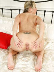 Mature Jessica amzes with her stretched pussy and her amazing ass