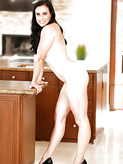 Smiling Latina mom Aerial Cruz can really boast of her curvaceous sappy body