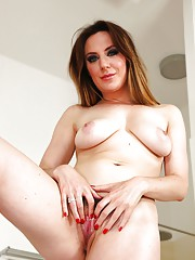 Glorious babe with amazing body Samantha Bentley soaps hairy pussy in a bath