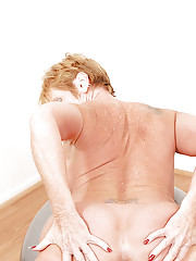 Sporty granny Honey Ray undresses while playing some sport and shows off pussy