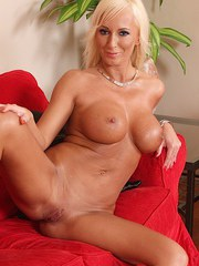 Blonde MILF Victoria flaunting large boobs and pink pussy in the buff