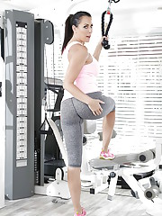 SPorty MILF Reagan Foxx enjoys rubbing the pussy during workout