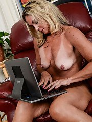 Blonde mature Sydney stretching pussy when posing nude on live cam
