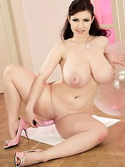 Busty female Karina Hart pleasing her pussy with vibrator in pink high heels