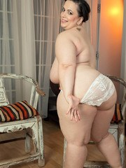 Massively overweight model Mia Sweetheart takes it all off to pose naked