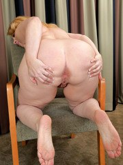 Brandie Sweet loves stretching the pink pussy while posing nude on cam