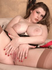 Fatty Desirae superb MILF in heats posing nude and slutty on cam