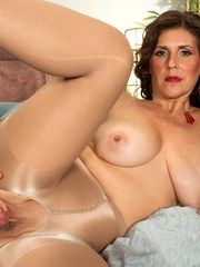 Mature vixen in nylon pantyhose Lorena Ponce welcomes to look at her snatch