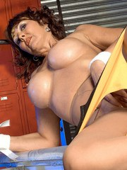 Sporty mature woman Desi Foxx is in mood to rub her pussy during her workout