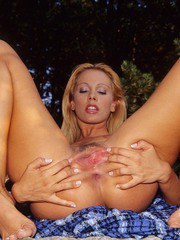 Sandy shows off the pussy and ass in superb outdoor solo display