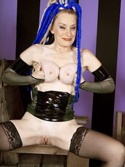 Mature slut in latex Robbin Pachino craves for being punished and banged rough