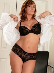 Juicy MILF Jenny Badeau strips off and shows her fantastic curvy body