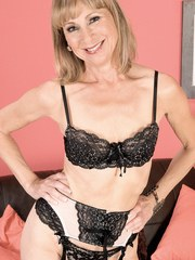 Mature housewife Patsy plunges her fingers into her wide open snatch