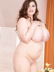 BBW Jennica Lynn undresses before pleasuring herself with a dildo