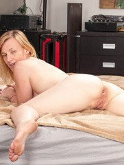 Middle-aged housewife Cody Hunter gives modeling in the nude a go