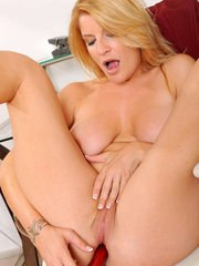 Mature woman Robbye removes her clothes and hose before toying her pussy