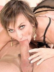 Middle-aged lady Lillian Tesh drains the cum from a thick cock