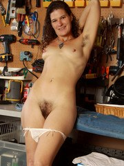 Older solo model Sunshine unveils her hairy pits and pussy in workshop