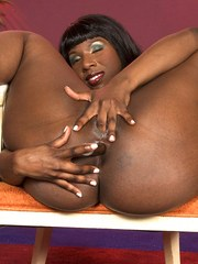Black MILF Kelly Starr shakes her big butt before showing the pink of her twat