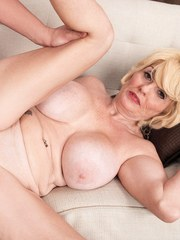 Blonde cougar Missy Thompson takes it in the ass after blowing her boy toy