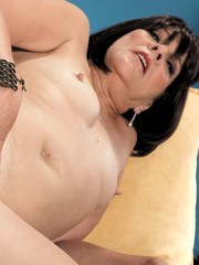 Middle-aged lady Sindy Silver fingers her asshole while masturbating