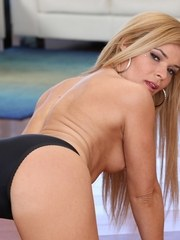Blonde cougar Blaten Lee strips off her clothes and pretties to pose naked