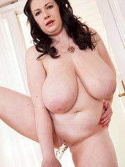 BBW solo girl Anna Beck sticks a dildo up her horny pussy