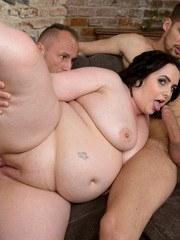 Brunette fatty Sarah Jane fucks 2 guys at the same time on a couch