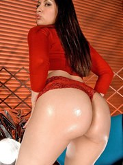 Latina solo model Eva Gomez touts her oiled booty before anal toying