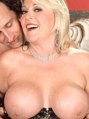 Chubby middle-aged lady Morgan Monroe oozes jizz from twat after sex
