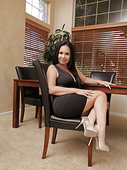 Beautiful milf Holly West cannot resist the urge to masturbate
