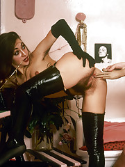 This brunette fetish latex queen shows her wet hairy pussy