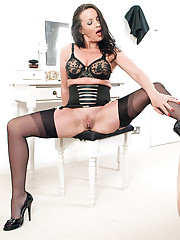Brunette MILF frigs herself in vintage girdle and nylons